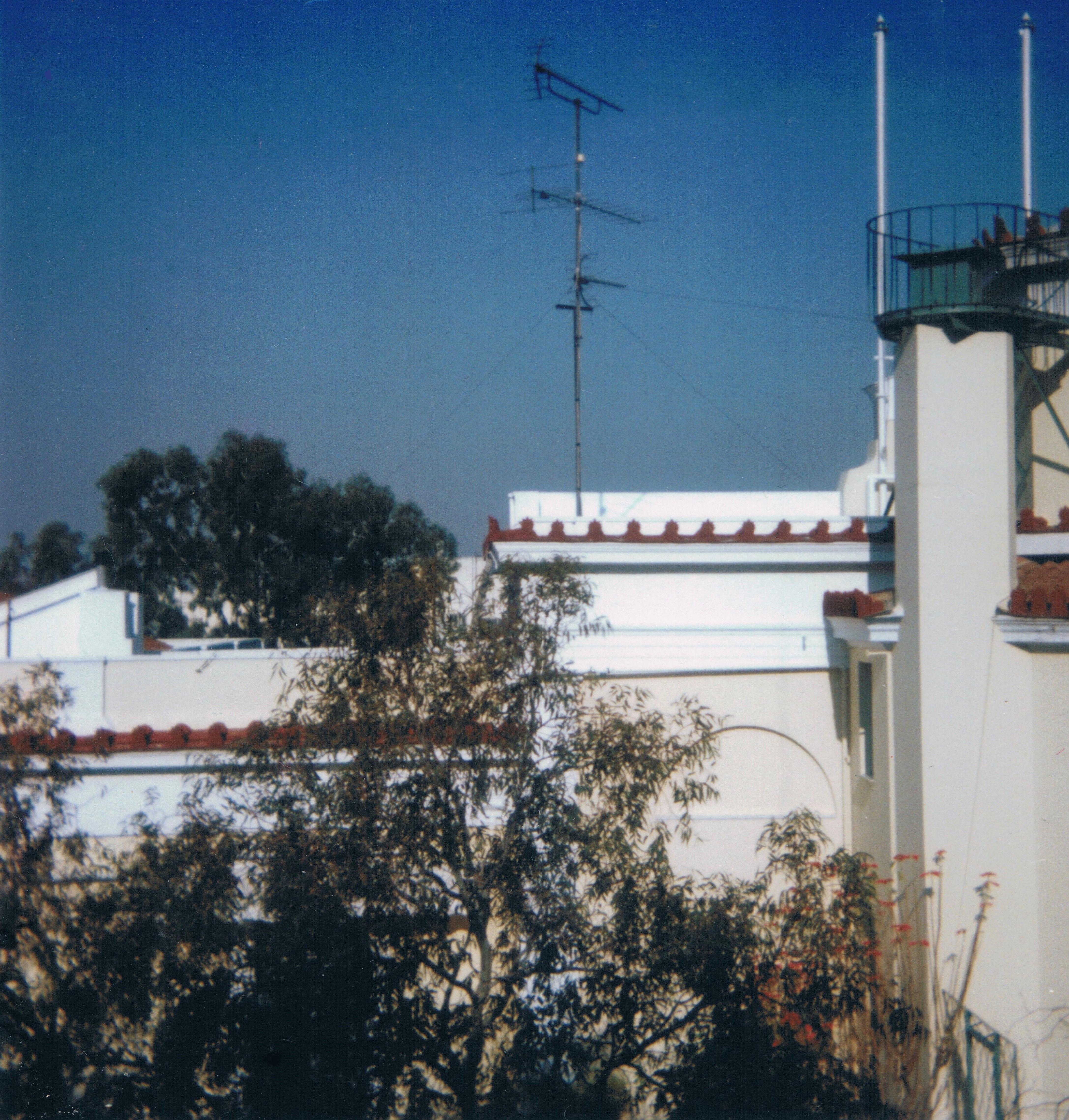 Le toit et la terrasse de la bibliothèque vus depuis la fenêtre de la chambre 16 de l'Annexe, février 1997 ©Marie-Cécile Navet