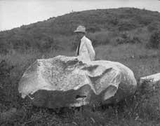 EFA cliché n° 9.714j : Patte arrière droite du lion (face intérieure) avec P. Devambez au second plan, juin 1930.