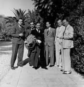 EFA cliché n° N579-013 : J. Roger (3e à gauche) le 7 septembre 1940, jour de son départ de l'EFA, avec H. Ducoux (1er à droite).
