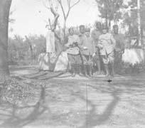 EFA cliché n° N580-147 : Ch. Picard (à droite) entouré de Sénégalais à Lamia, 1917.
