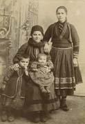 EFA FCP 32, dos. 8 : Photographie d'une famille de Valaques d'un village près de Koritsa en costume national, s. d.