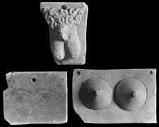 EFA cliché n° 23826 : Ex-votos avec des parties du corps humain et des inscriptions gravées ou peintes en l'honneur du Theos Hypsistos (photo mission P. Perdrizet, 1896. Actuellement au musée du Louvre, inv. AM 668_plaquette avec les seins ; AM 670_plaquette avec les yeux).