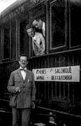 F. Chapouthier, P. Collart,  membre suisse et H. Seyrig à  la gare d'Athènes en juillet  1923. Οι F. Chapouthier, P. Collart,  μέλος από την Ελβετία, και ο  H. Seyrig στον σιδηροδρομικό  σταθμό των Αθηνών τον Ιούλιο  του 1923. / EFA N447-006