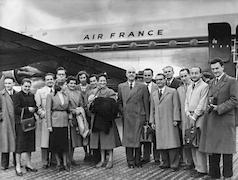 Arrivée du directeur G. Daux à l'aéroport d'Athènes en décembre 1950. Άφιξη του διευθυντή G. Daux στο αεροδρόμιο των Αθηνών τον Δεκέμβριο  του 1950. / EFA N579-055