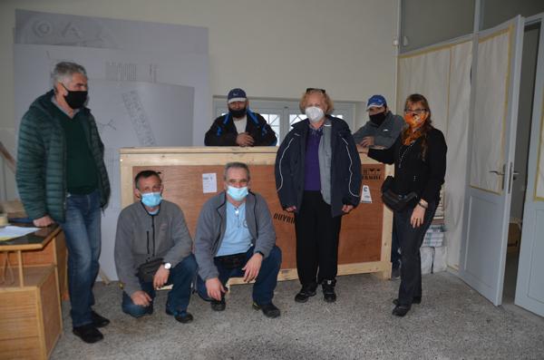 L'équipe pose devant les caisses dans le musée de Thasos. / EFA Cliché T. Koželj