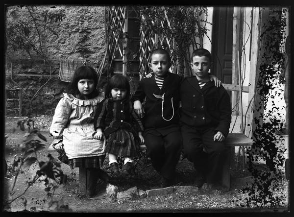 Les quatre enfants d'E. Gilliéron père : Lucie, Jemma, Gaston et Edouard Émile (années 1890) / EFA, Fonds Gilléron
