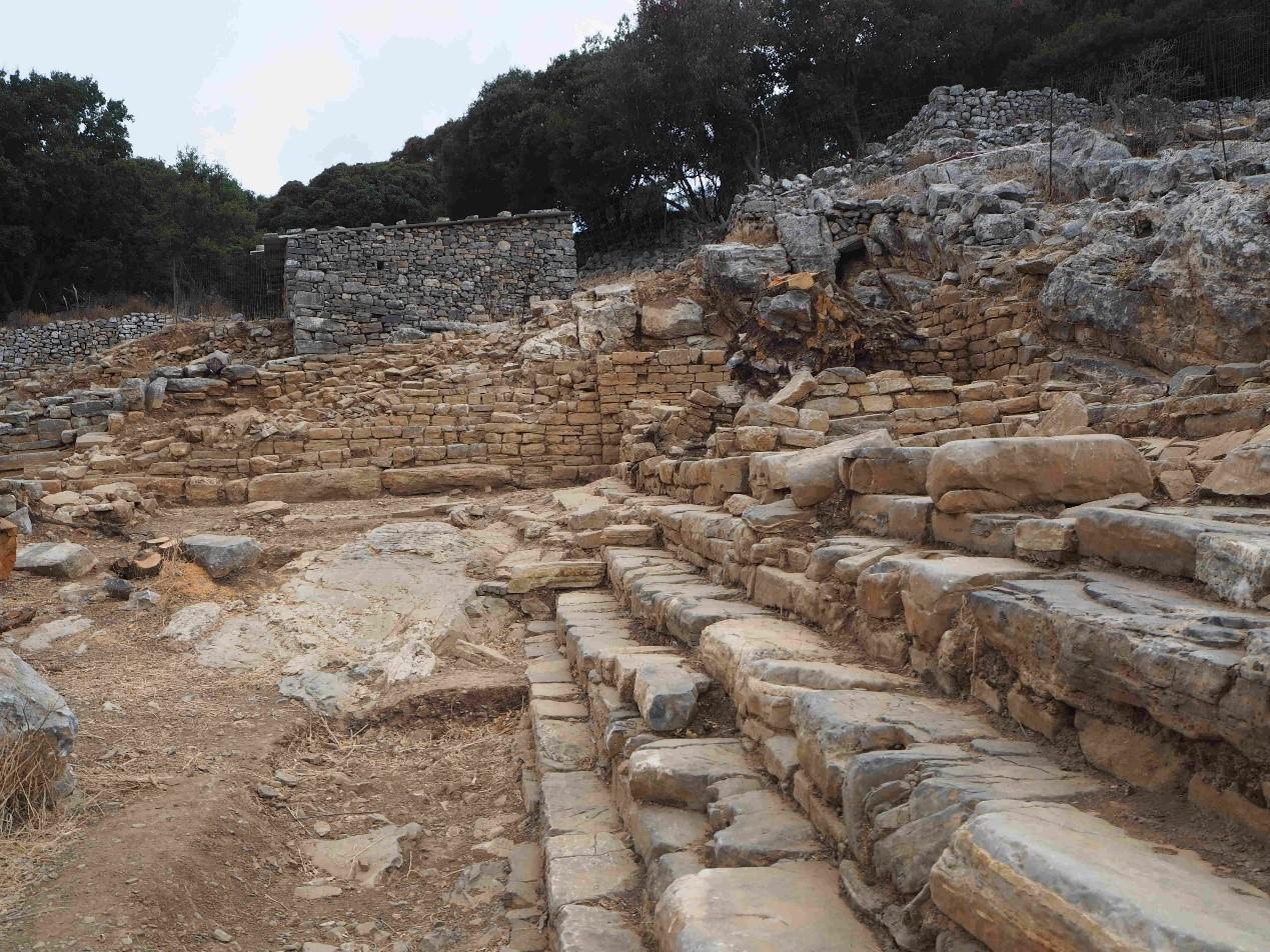 Agora, vu vers le Sud avec au fond l'édifice moderne protégeant le temple archaïque (cliché EFA)