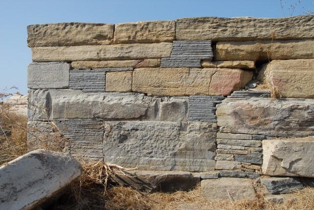 L'extrémité ouest du mur sud de l'hestiatorion des Kéiens (GD 48) : parement composé de grands blocs de gneiss de Rhénée et d'empilements de plaquettes de marbre de Kéos (cliché EFA, J.-Ch. Moretti)