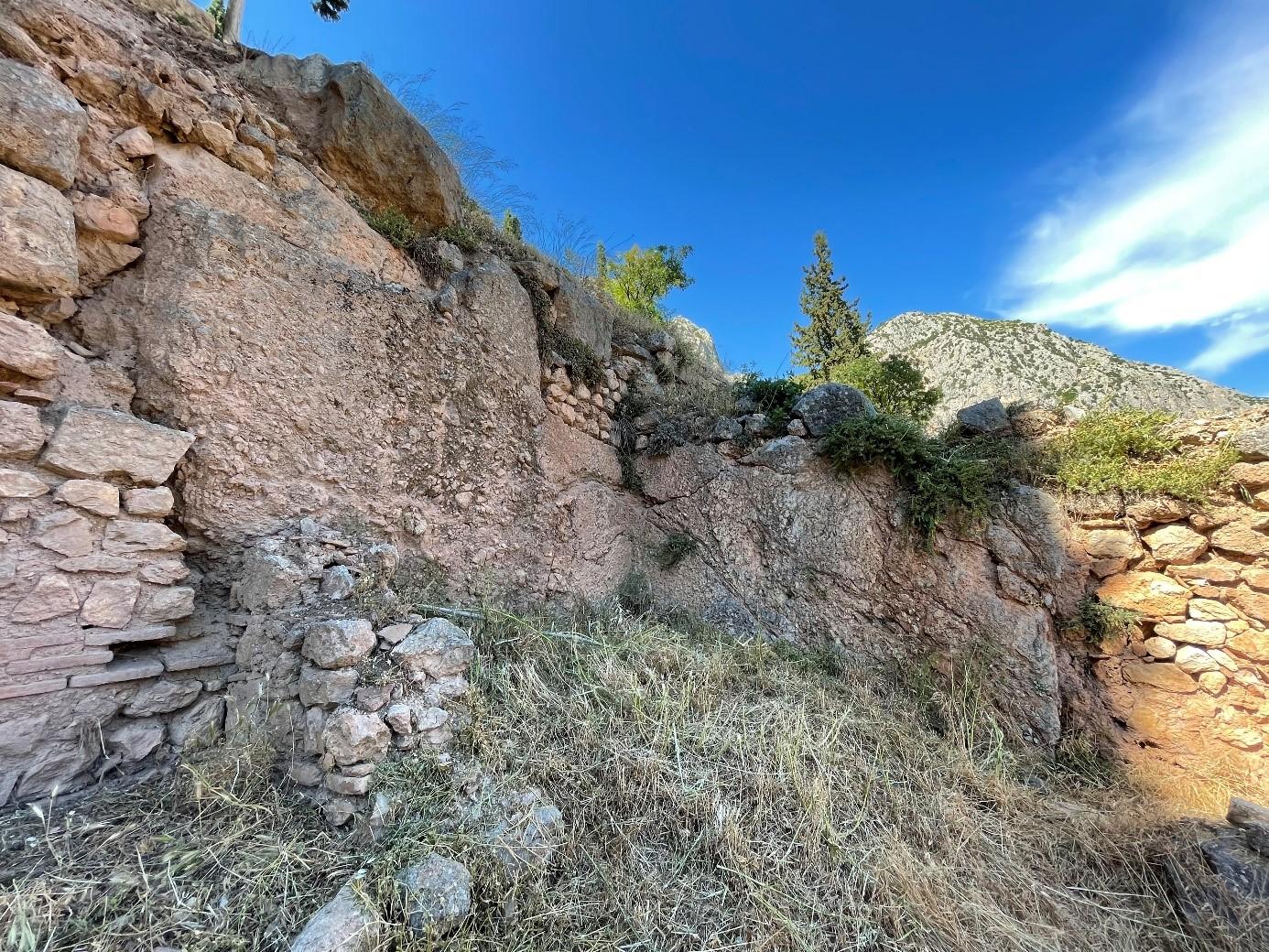 Restes de laves torrentielles intégrées dans la maçonnerie. Quartier à l'ouest du sanctuaire d'Apollon. Cliché I. Moretti, L. Piccardi 2021.