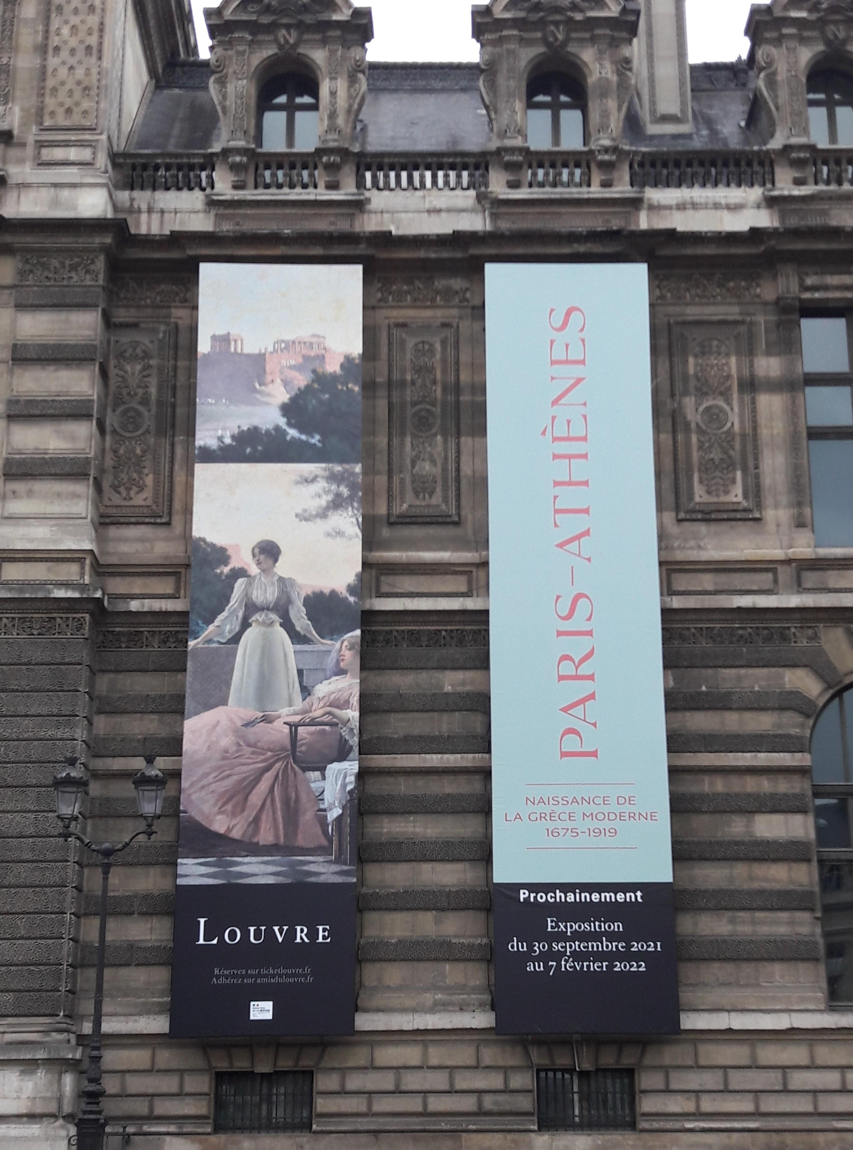 Affiche annonçant l'exposition sur les façades du Musée du Louvre