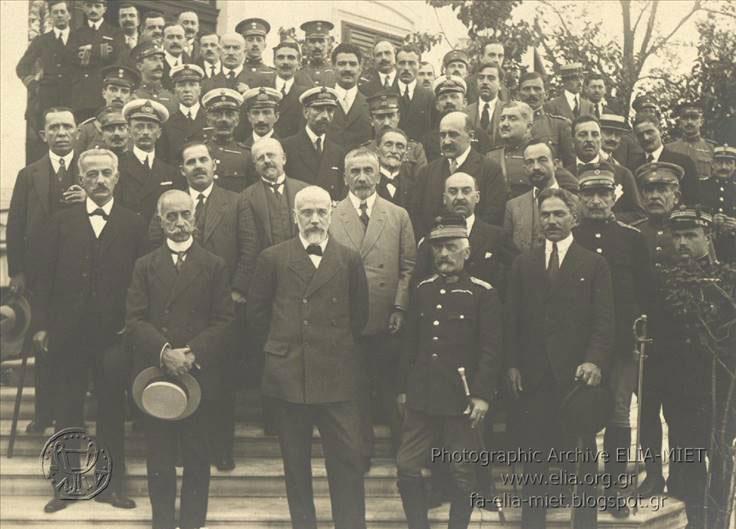 Fin 1916- Membres du gouvernement provisoire d'E.Vénizelos sur le perron de la Villa Kapadji