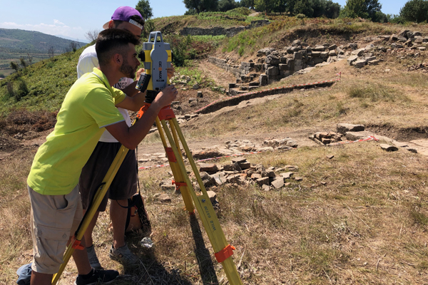 Formation topographie. Deux étudiants albanais apprennent l'utilisation d'une station totale