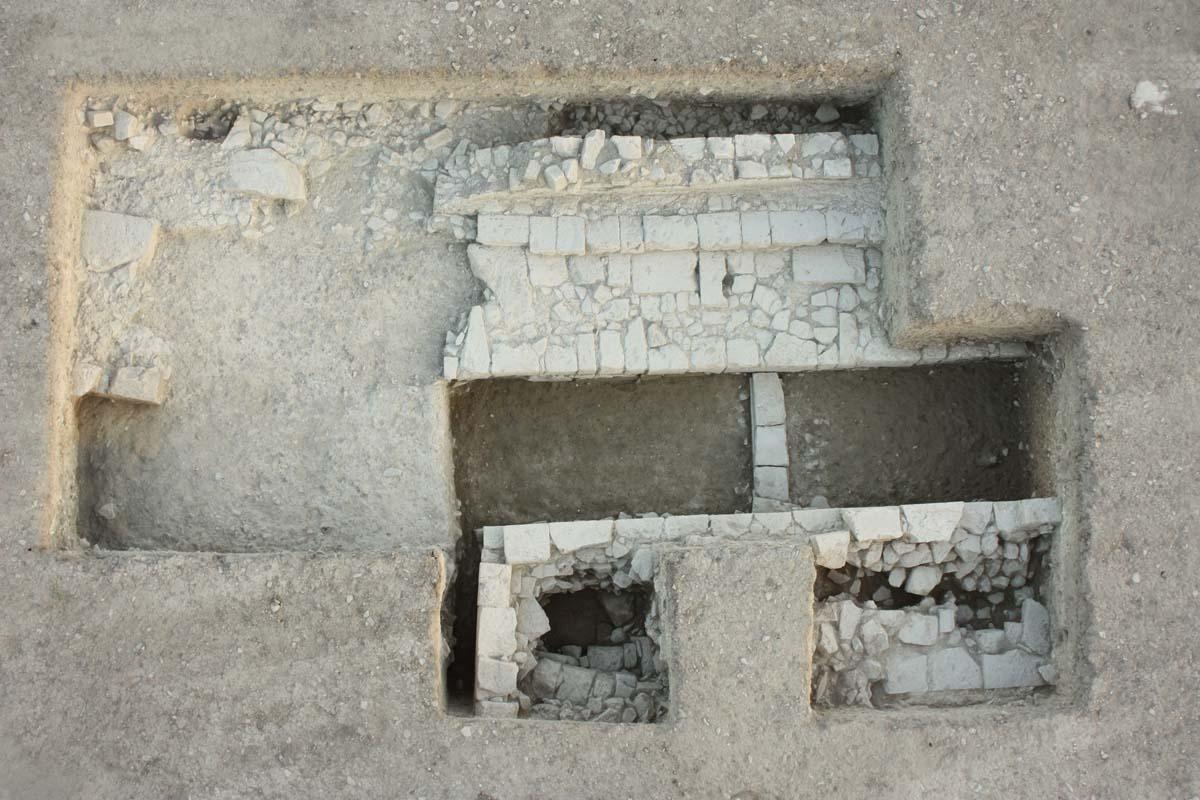 Structure romaine, abords sud-ouest de l'agora (L. Thély)