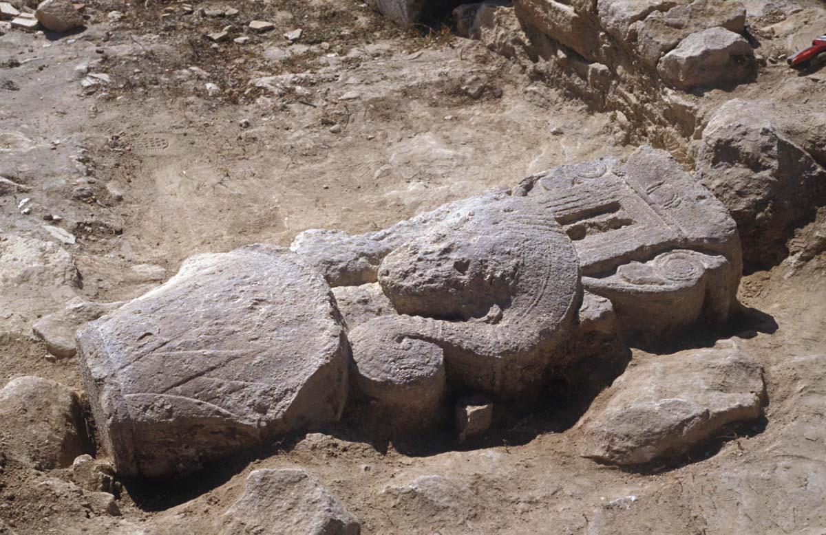 Stèle hathorique en remploi dans un mur paléochrétien, 1987 (A. Hermary / Archives EFA, Y.1042)