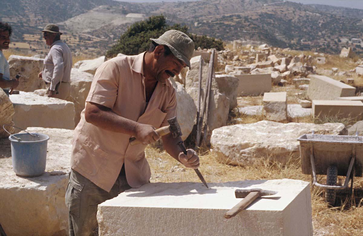 Remontage de la crépis du temple, 1987 (A. Hermary / Archives EFA, Y.1069)