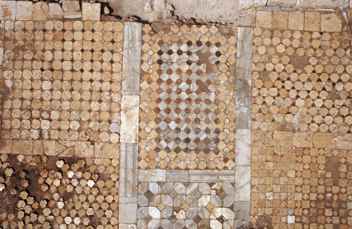 Pavement en opus sectile (Ph. Collet / Archives EFA, Y.1440)
