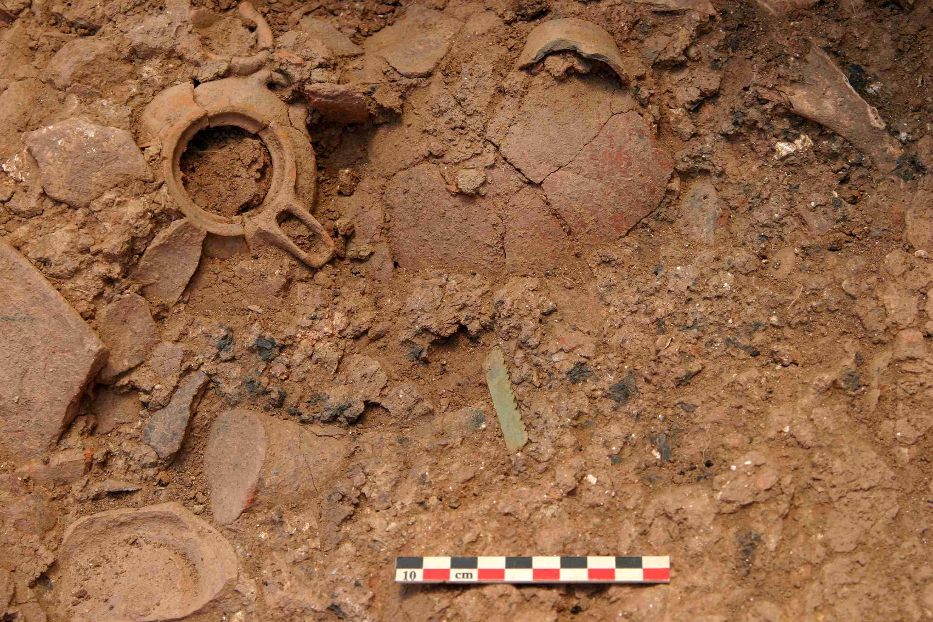 Fig. 8 Espace 17 en cours de fouilles : lame de petite scie en bronze dans le dépôt MM IIB