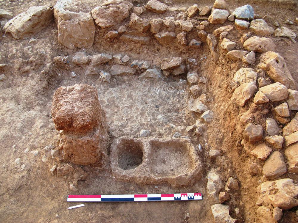 Fig.9 10. Espace 28, pilier et bloc à double cavité en fin de fouilles
