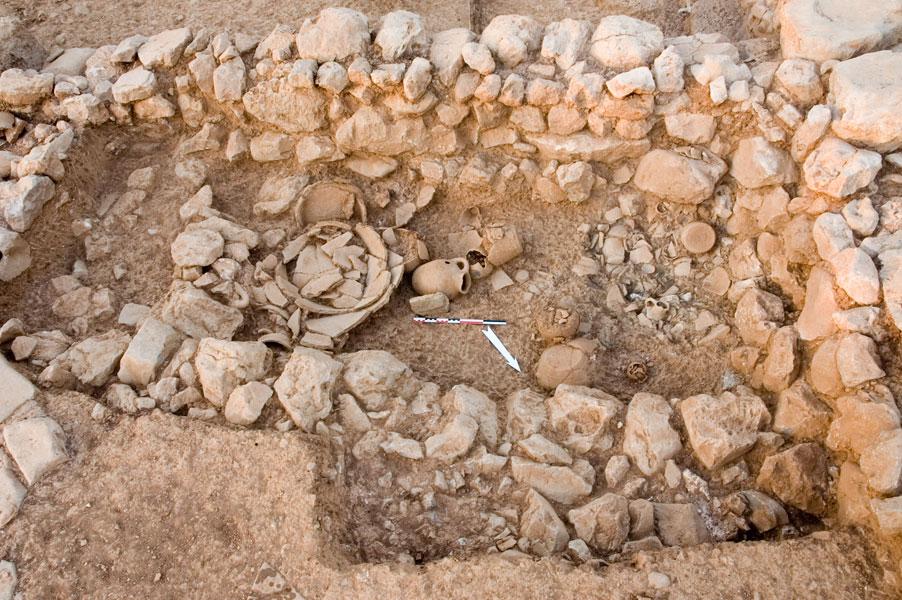 Fig. 6. Espace 19, dépôt de destruction et matériel de la fosse 1