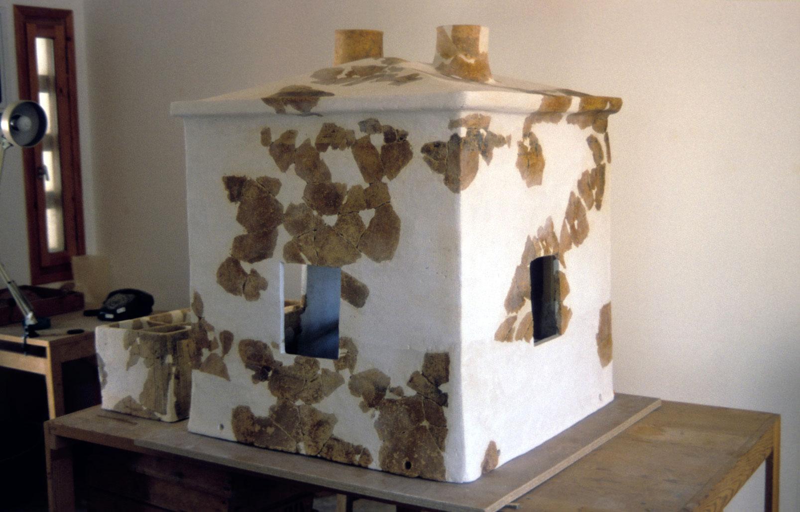 Figure 2. Maquette de maison en argile découverte au Quartier Nu. Cliché J. Driessen ©EfA