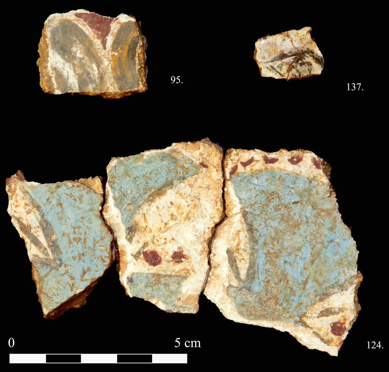 Figure 4. Fragments de fresques issus des niveaux néopalatiaux sous le Quartier Nu. Cliché L. Manousogiannaki ©EfA