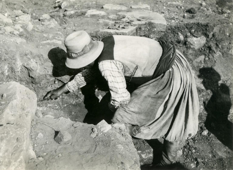 Figure 1. Vue d'un ouvrier au travail lors des fouilles du Palais de Malia (date inconnue) ©EFA